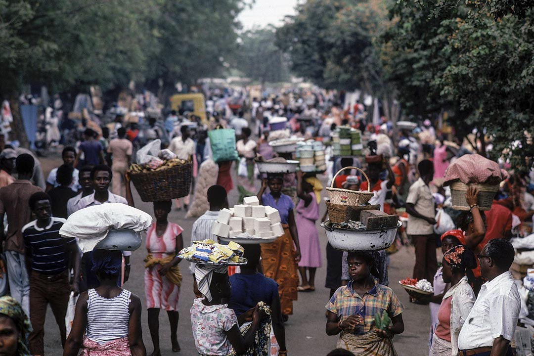 1979年至1982年間,加納國內生產總值以每年2%的速度下降,人均生產總值僅是60年代末的2/3,產能利用率更是減半。圖為80年代加納的社會環境。