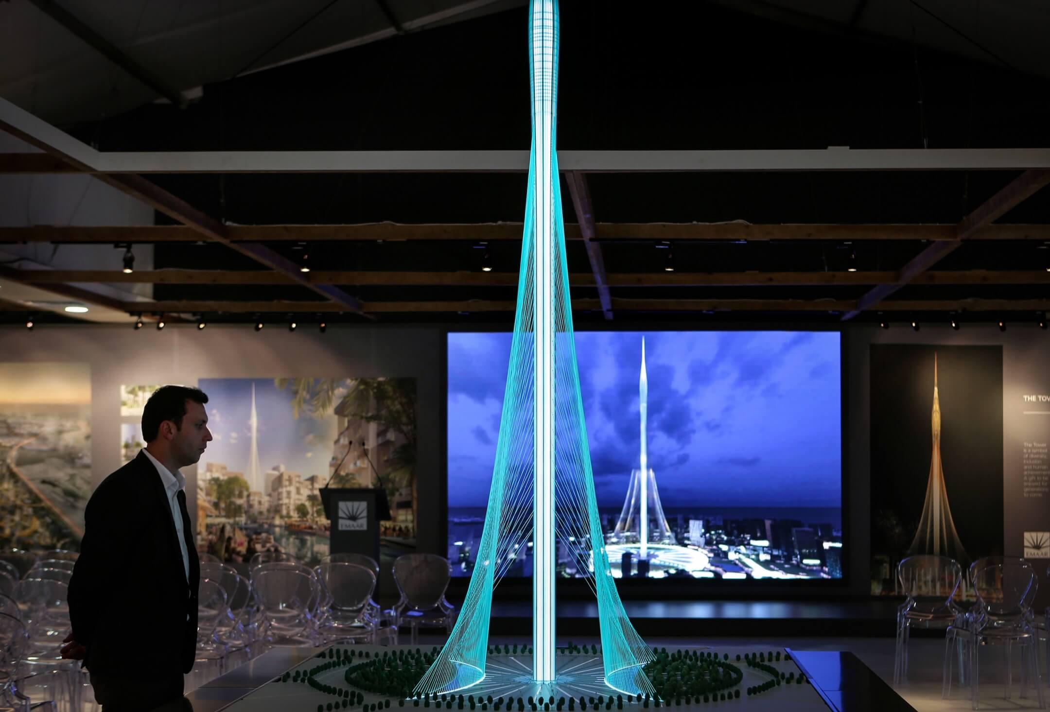 杜拜河港塔模型,預計於2020年落成。大樓設計高度原本為800米,後來增加至928米,再之後更估計為1,100米或更高,若屬實,落成後將會是全球最高的建築物。但發展商伊瑪爾地產一直拒絕在大樓竣工前公開大樓的實際高度,以免被同樣是興建中的摩天大廈項目打破紀錄。 攝:Kamran Jebreili/AP