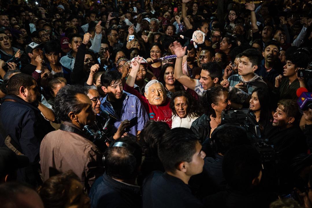 與其將洛佩斯浪漫化為一名有意翻起左翼浪潮的革命家,倒不如認清其看風使舵的務實性格。儘管在2006年大選中挾着極高的滿意度敗給對手卡爾德龍,但卡爾德龍帶來了一個撕裂劇增、滿目瘡痍的墨西哥,為洛佩斯今屆打着左翼革命家的旗幟當選提供了土壤。