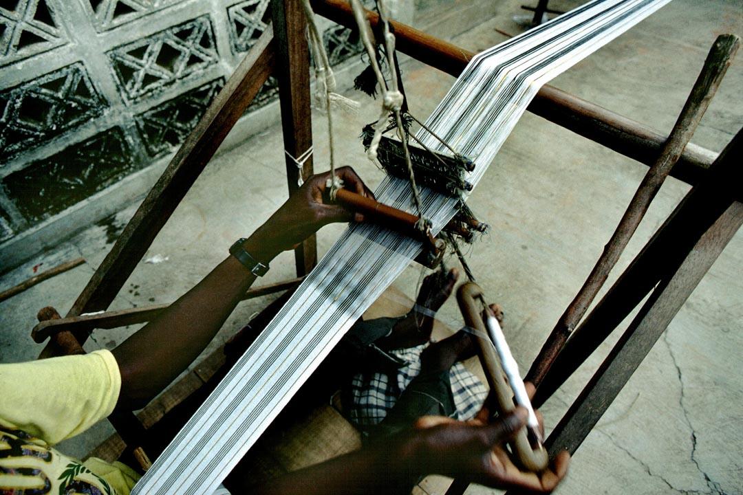2000年後,很多加納的工廠生意都每況愈下,不少中國生產的布都比加納裏織的便宜,質量也好。圖為一間加納織廠。