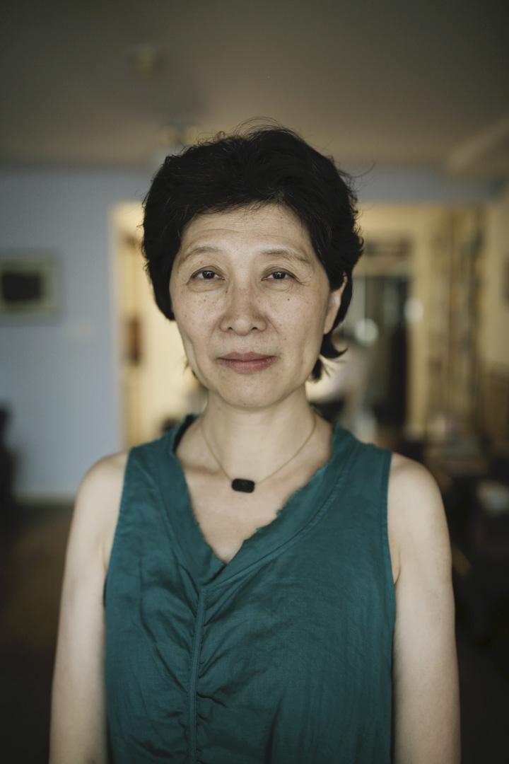 查建英笑說自己「活在一種日常的、永久的人格分裂中」,不光是在中國和美國,還在虛構與非虛構間。小說屬於中文,非虛構屬於英文,歷史的因緣際會,令她在兩種語言、兩種文體、兩種文化之間切換。
