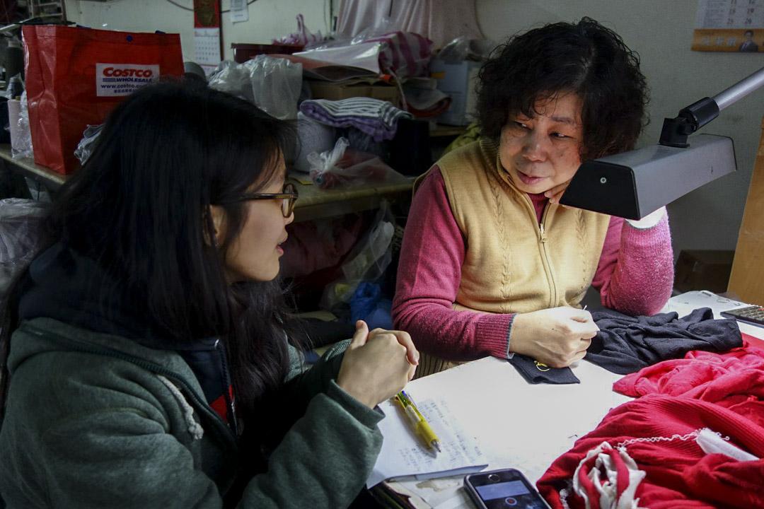 巧欣針織社的採訪寫作課。學員學習訪綱設計、現場提問的基本要領後,便要兩人一組,在規定的一小時內,採訪兩位現場工作的阿姨,回家後寫下她們的人生故事。