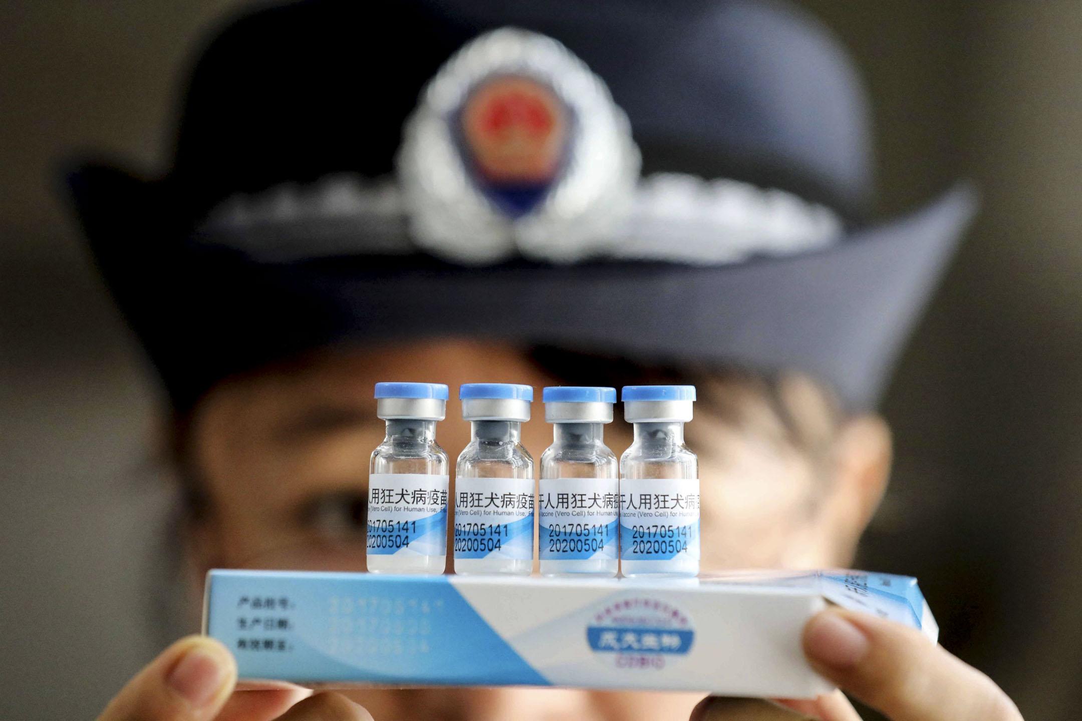 2018年7月15日,國家藥品監督管理局發布通告,吉林長春長生公司的狂犬病疫苗「生產記錄造假」,其針對嬰幼兒的百日咳、白喉和破傷風三合一混合疫苗(百白破疫苗)不合格。公眾號作者獸爺以一篇《疫苗之王》,將疫苗造假事件的熱度推至沸騰。事故後,國家主席習近平要求疫苗進行徹底調查,2018年7月23日,廣西榮安縣疾病預防控制中心(CDC)檢查遼寧成大生產的凍乾狂犬病疫苗。 攝: VCG via Getty Images