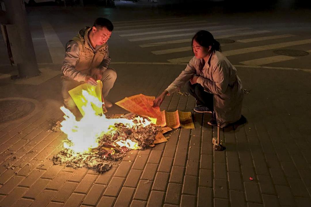 2017年10月3日,李寧母親忌日。李寧與家人正在燒紙祭祀。