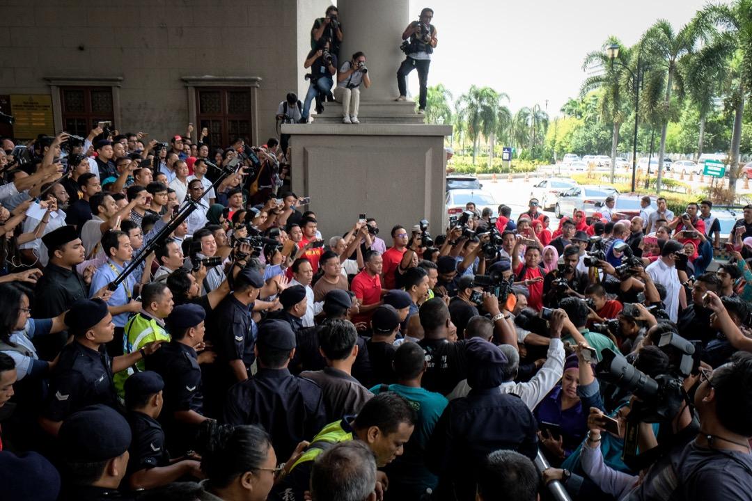 馬來西亞總統大選剛落幕,大選前,前總理納吉通過《反假新聞法》。圖為大選後,前總理納吉就挪用國家基金「一馬發展公司」、貪污及濫用職權罪到法院應訊,大批傳媒到場採訪。