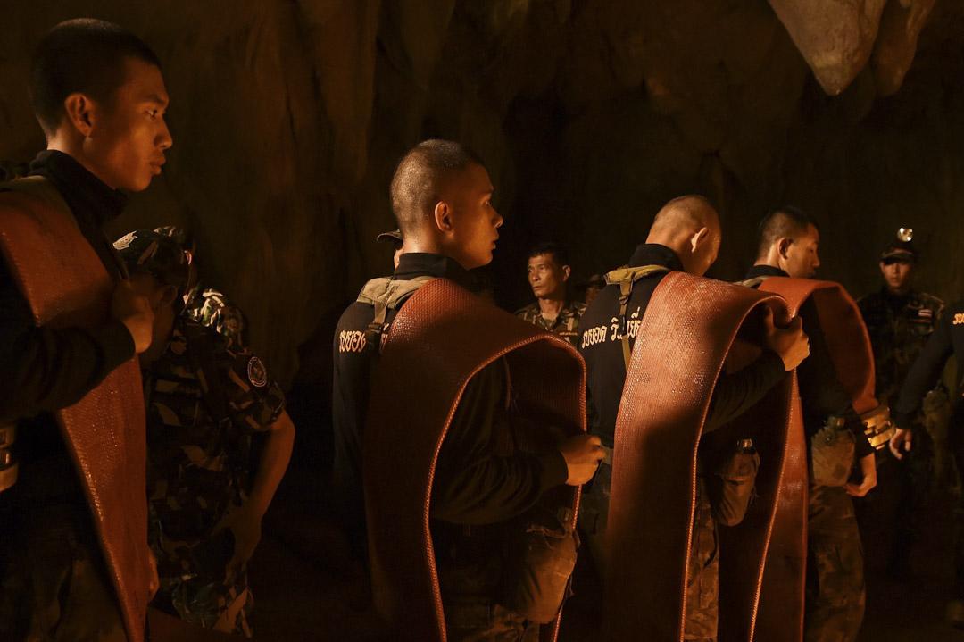 6月27日,泰國軍隊士兵把軟管帶進洞穴內,預備抽走部分山洞內的積水。