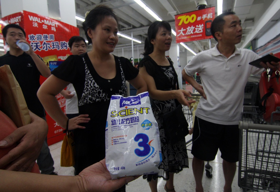 李寧哲的兒子曾每天食用施恩奶粉,足足14個月,2008年8月三聚氰胺新聞曝光,兒子檢查後確診是腎損傷和雙腎結石。圖為2008年,湖南一家超市,一群家長拿著施恩奶粉要求退貨。