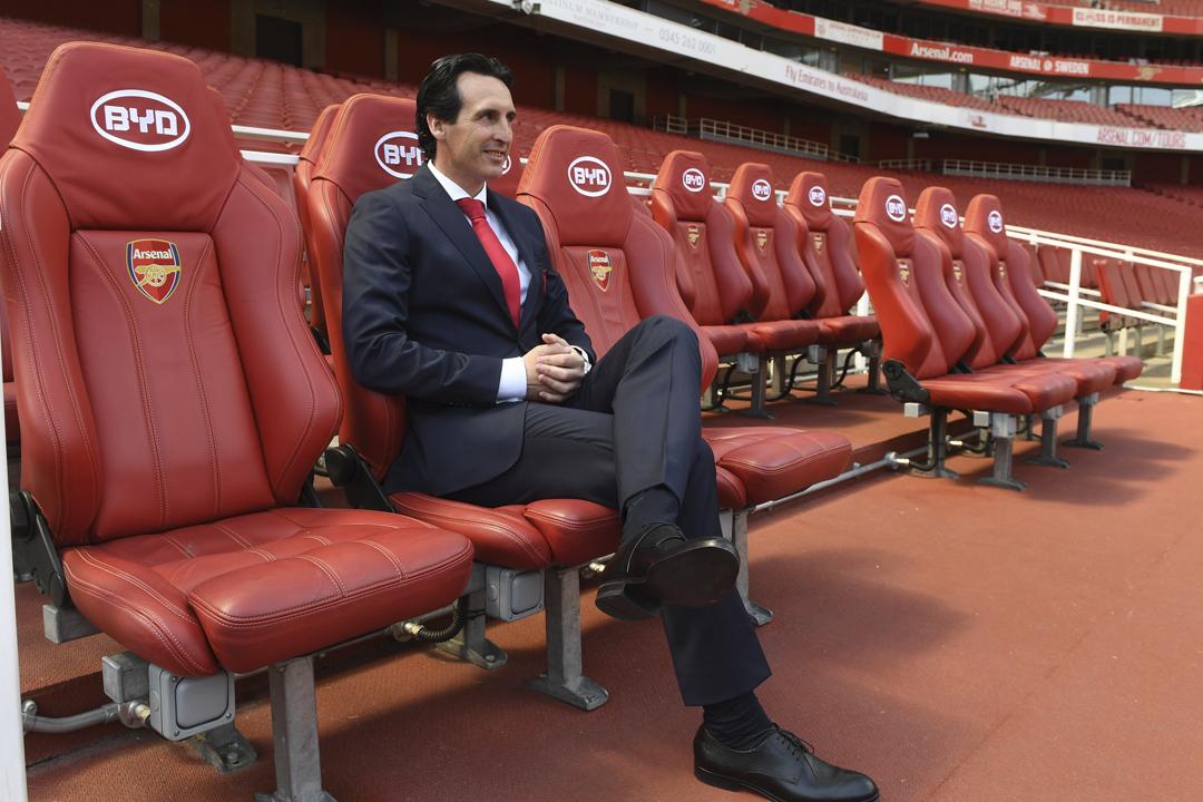 今年5月23日,阿仙奴新任領隊艾馬里(Unai Emery)於酋長球場拍攝官方照片,可見球場後備席座椅上印有比亞迪品牌標誌。 攝:Stuart MacFarlane / Arsenal FC via Getty Images