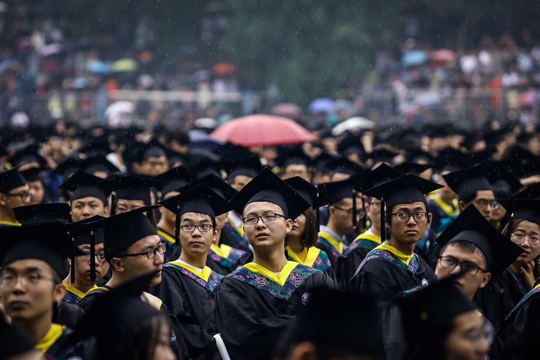 花亦芬:這些希望小孩去中國讀大學的家長是否清楚,中國就業市場壓力相當緊繃。如果他們以為只要台灣學測均標就有機會讀中國一流大學,這個看似天上掉下來的禮物,真能讓他們的小孩前途更光明似錦嗎? 攝:Wang He/Getty Images