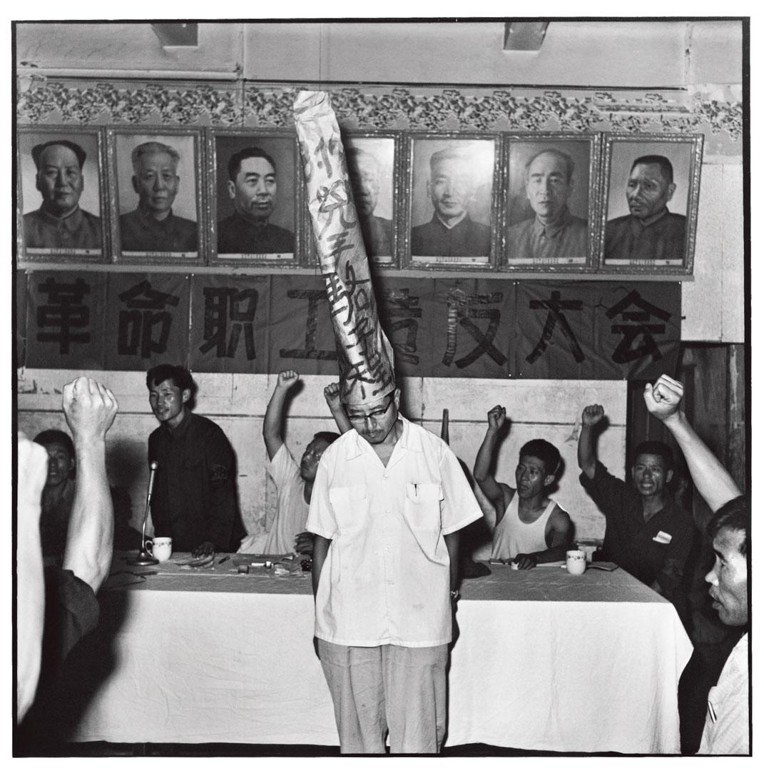 被批鬥的走資派身後牆上懸掛的一排中央領導人的畫像排列順序。