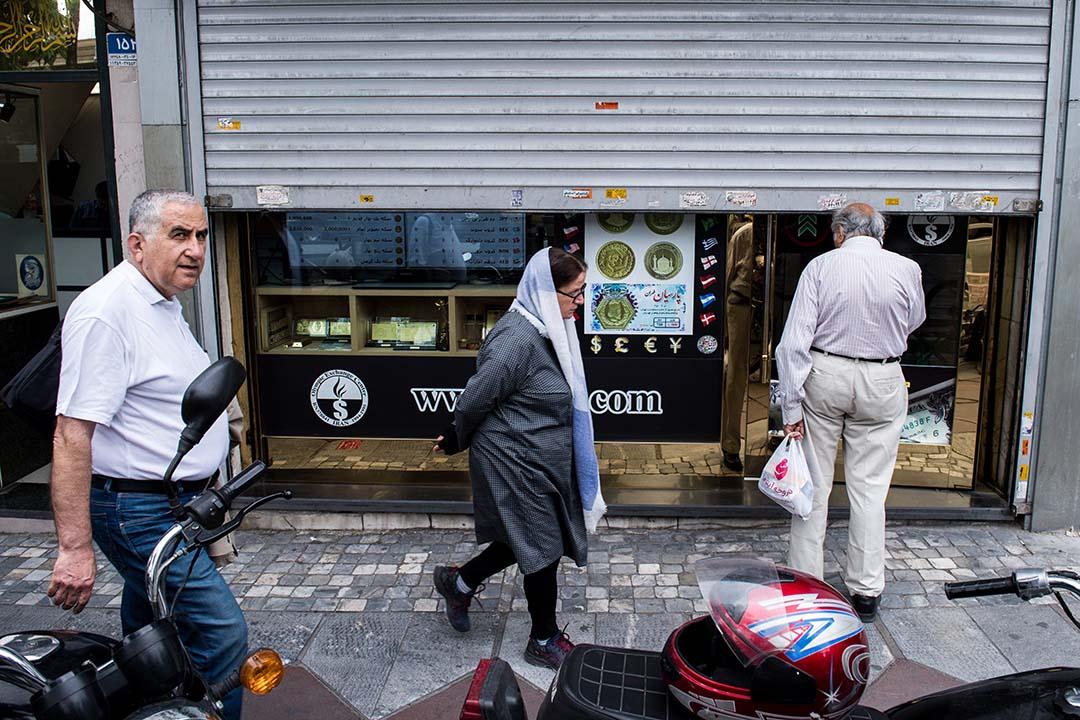 為了維持行將崩盤的外匯市場,伊朗政府下令禁止私人錢莊自由買賣外匯,商業銀行外匯櫃枱也只收不賣,像賈法里這樣缺少「背景」的商人頓時失去申購外匯。