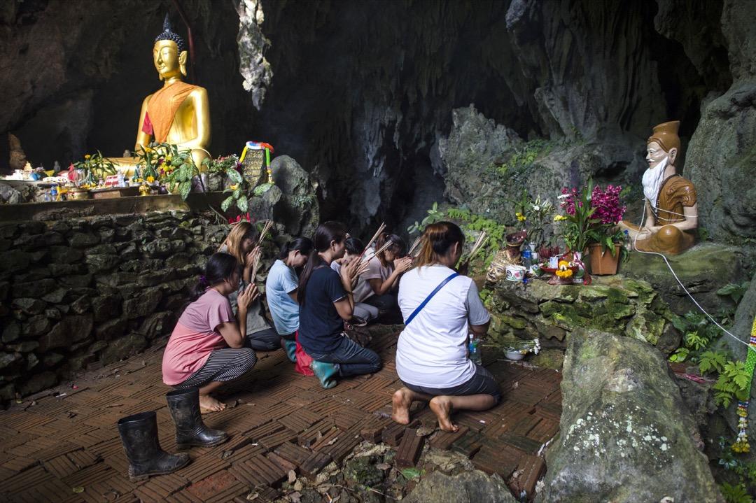 2018年7月5日,泰國被困山洞少年的家屬們到山洞附近的寺廟祈禱,祈求兒子們平安。 攝:Ye Aung Thu/AFP/Getty Images