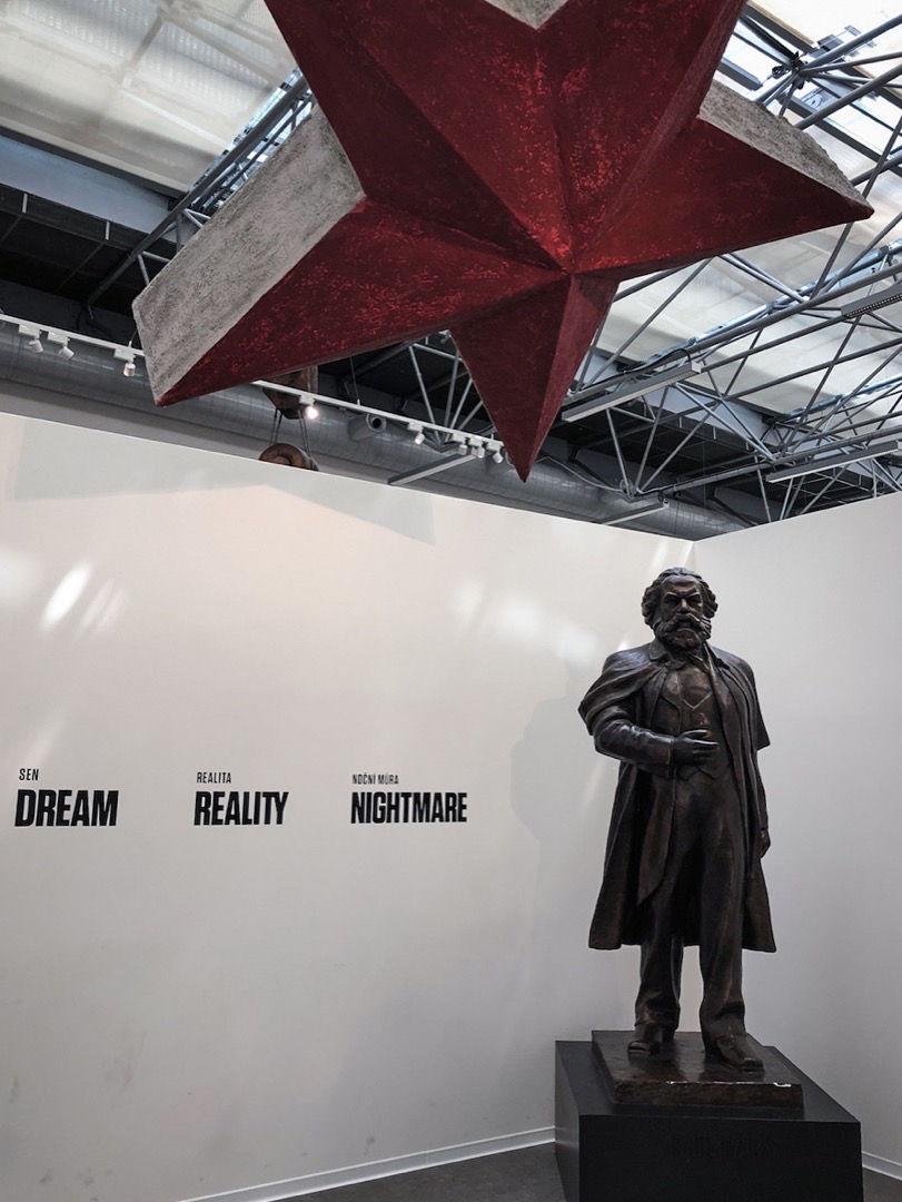 在捷克首都布拉格,同樣有一家展示極權統治的「共產主義博物館」。入口處是一顆巨大的紅五星,一座馬克思的塑像,以及三個巨大的詞:夢想、現實、夢魘。