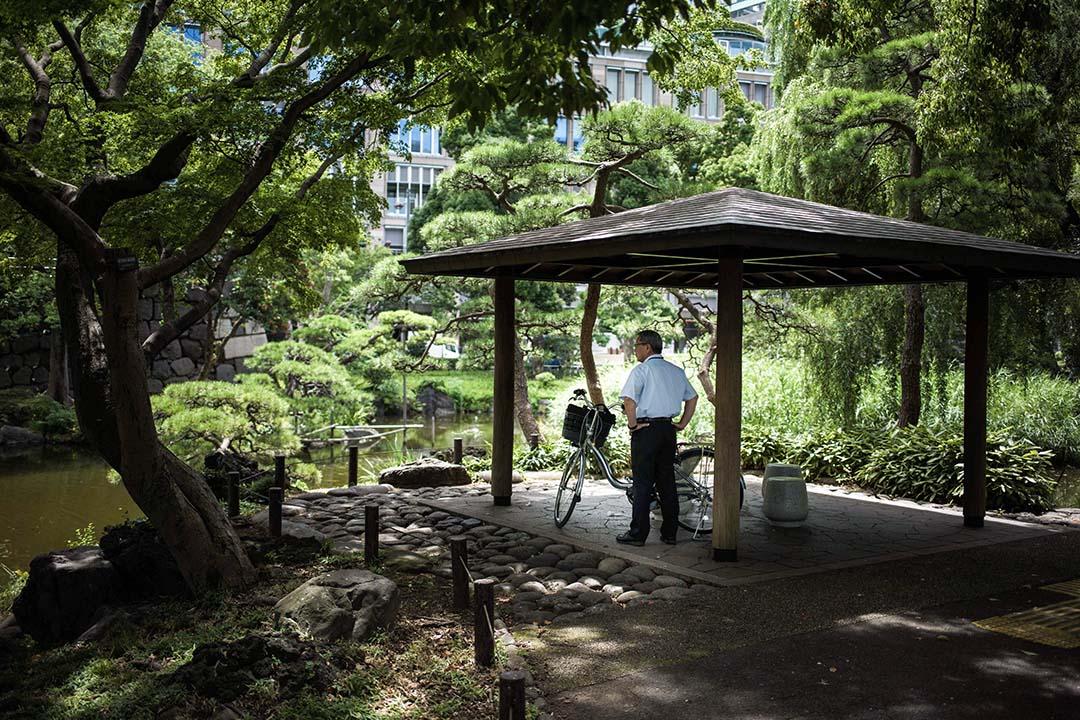 2018年7月23日,日本東京,一名男子在公園的涼亭下乘涼。日本酷熱天氣持續,多個城市氣溫達到40度以上,全國至今已釀成65人死亡,逾23,000人因炎熱天氣感到不適被送院。