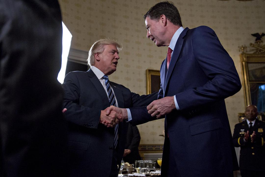 美國總統特朗普計劃撤銷六名情報及執法部門前任高官的保安許可,禁止他們接觸國家機密資料,其中聯邦調查局(FBI)前局長科米(James Comey)為其中之一。圖為去年1月,特朗普與科米在白宮會面。 攝:Andrew Harrer / Bloomberg via Getty Images