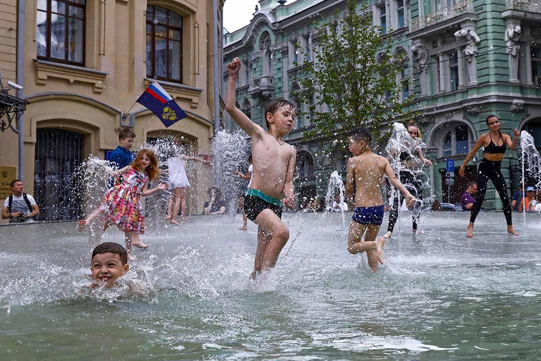 2018年6月30日,小朋友們在俄羅斯莫斯科市中心的一個噴泉玩耍。