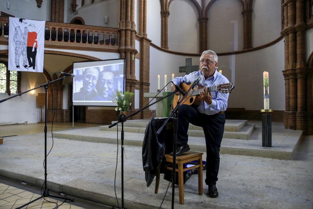 德國著名的詩人兼歌手沃爾夫・比爾曼(Wolf Biermann)在追思會上演唱。