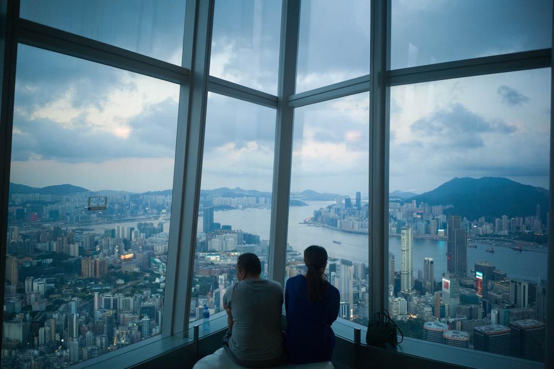 香港環球貿易廣場,樓高484米、共118層,於2011年落成,是全香港最高及唯一超過100層樓的建築物。圖為100樓的觀景層。