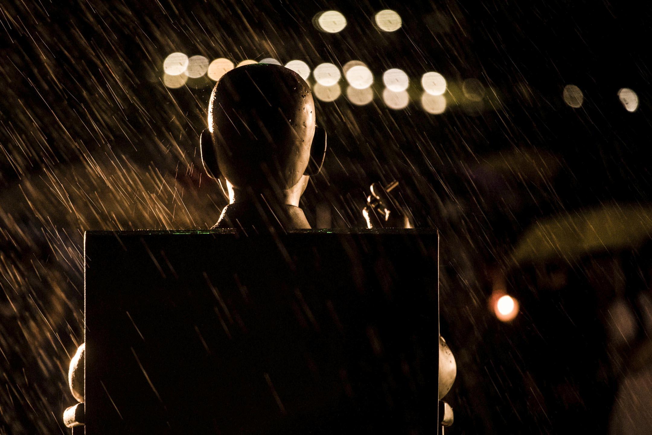 劉曉波逝世一週年追思會進行期間,曾下了一場驟雨,劉曉波銅像上滿佈水點。 攝:Stanley Leung/端傳媒
