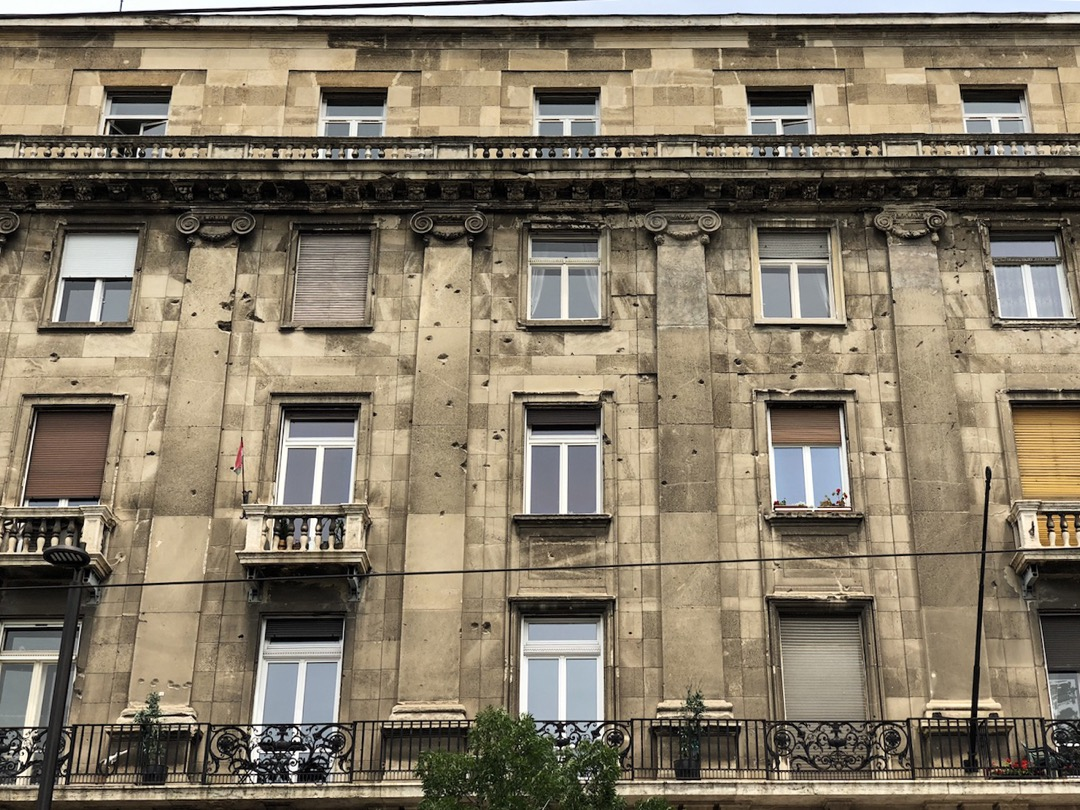 走在國會大廈前的廣場上,可以清晰地看到臨近的建築物外牆上布滿了彈坑,那是1956年10月蘇軍暴力入侵匈牙利時留下的印記。
