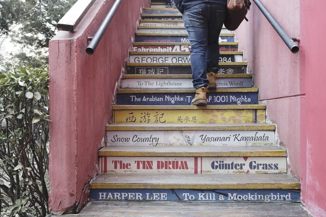 老書蟲已經在三里屯生存了11年,官商兩方頗有些知根知底的默契。書店又獲得了一些榮譽,已經成為三里屯的一個文化地標,才能得到比較寬鬆的對待。