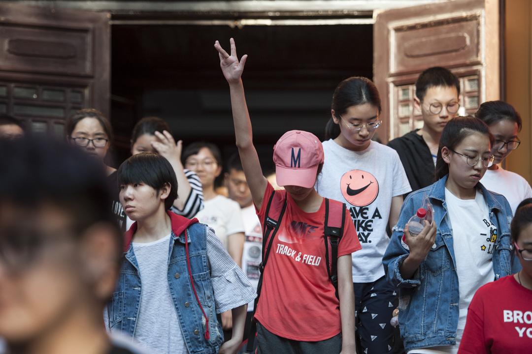 他們覺得能僅用錢搞定孩子教育的時候,他們就已經成為了案板上的魚肉,任人宰割。圖為中國一名高考生步出試場一刻。 攝:Tao Zhang/Getty Images