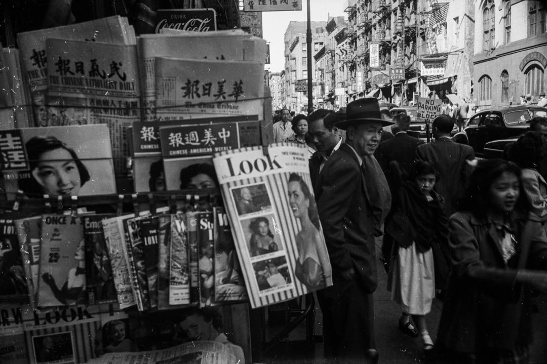 歷史學者徐國崎的新書《中國人與美國人》從國際史角度切入分析兩百年來中美民間交往的共有經驗如何影響兩國關係發展,為當下考察美中、台美中關係的急迫提供歷史的參照。圖為美國紐約唐人街,攝於1952年。 攝:Ernst Haas/Getty Images