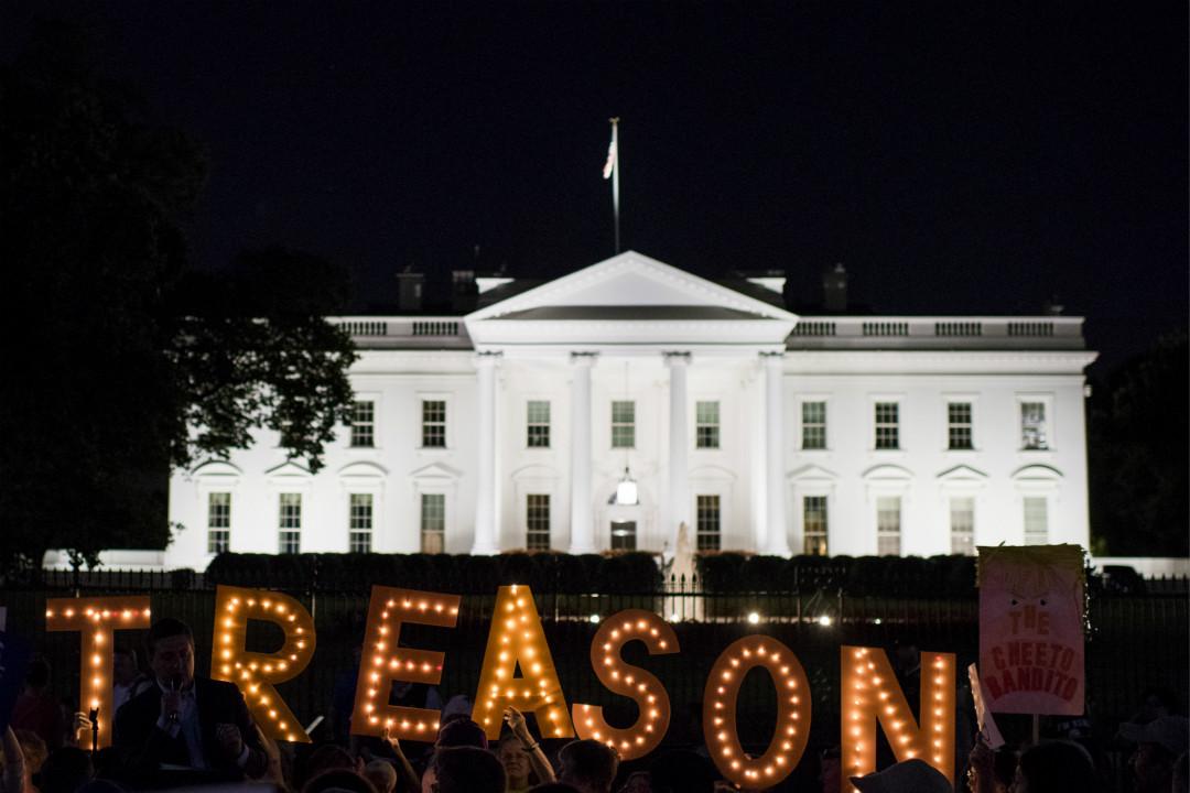 2018年7月18日,抗議者在白宮外集會,斥責美國總統特朗普「背叛」(TREASON)國家。 攝:Bill Clark/Getty Images