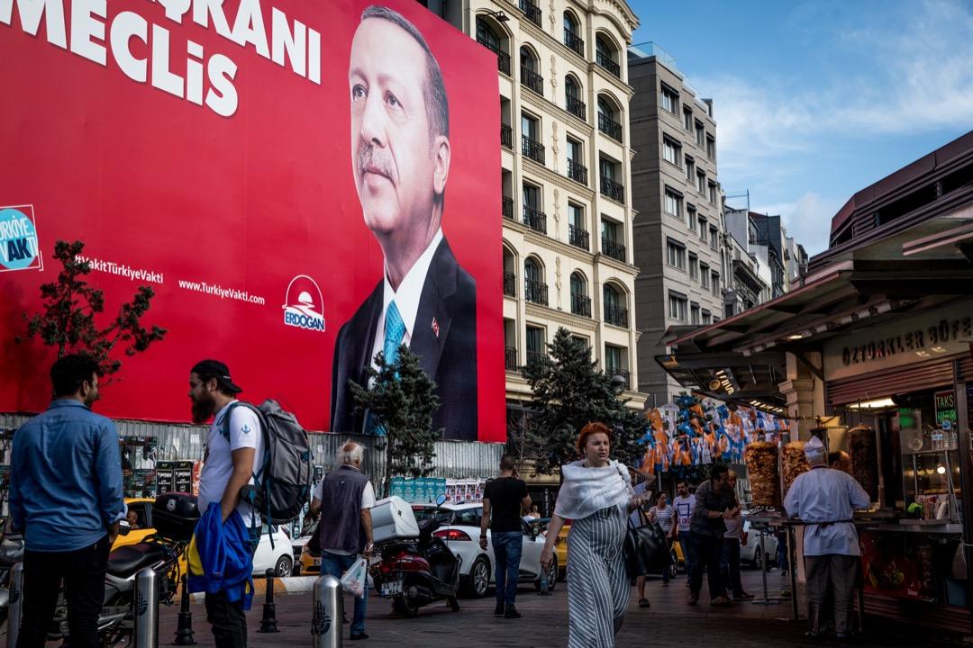 老闆說埃爾多安上台之前,經濟一團糟,通貨膨脹極其嚴重,從他擔任總理開始,土耳其的國民收入有了不少提高,基礎設施得到發展,金融也更為便利。