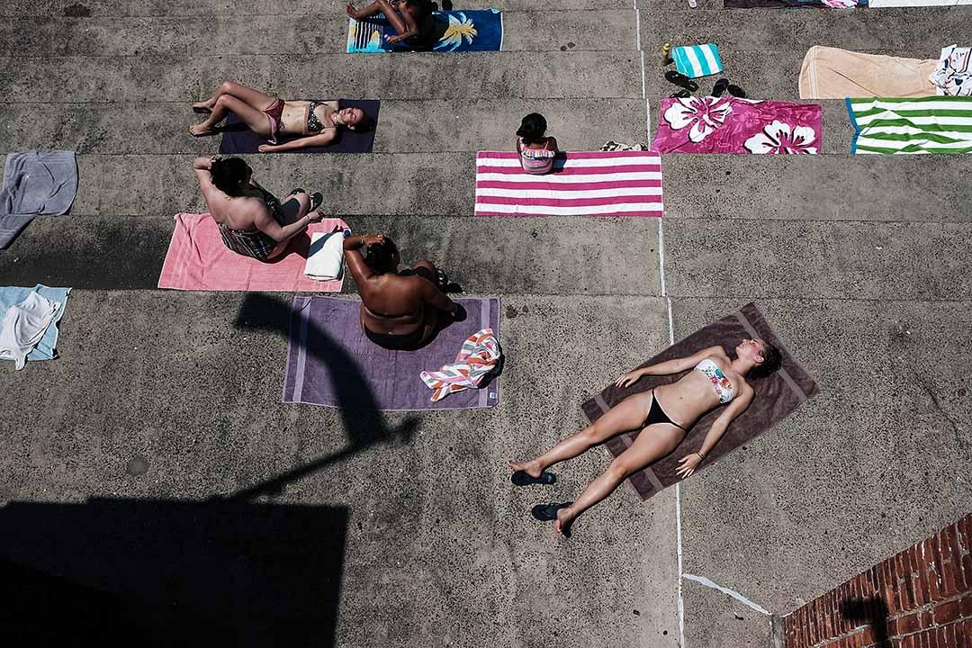 2018年7月2日,美國紐約,當地市民到皇后區阿斯托里亞公園,紐約市最大的室外公共泳池游泳曬太陽。
