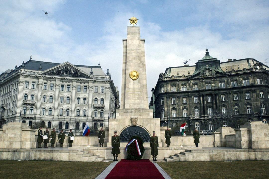 市區裏能見到的唯一一個和共產主義有些許聯繫的紀念物,是自由廣場上的蘇軍紀念碑,在紀念碑的頂端,是一顆金色的五角星。