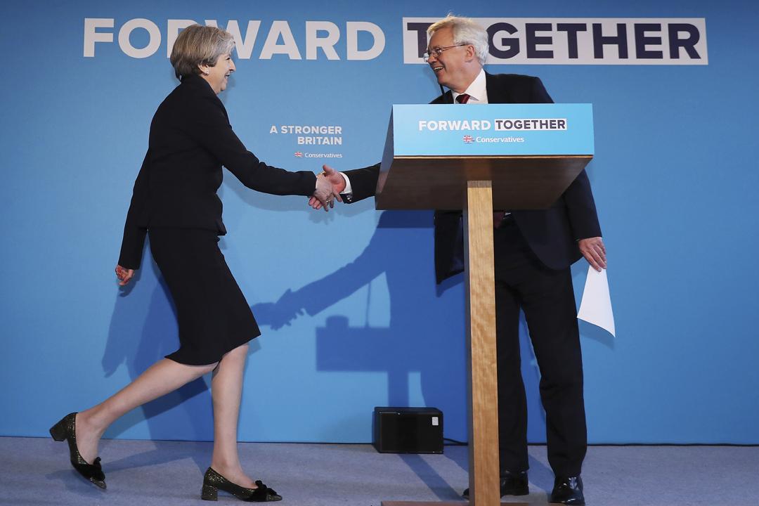 戴德偉(David Davis)於2016年7月獲首相文翠珊(Theresa May)委任為英國脫歐事務大臣。圖為去年5月,戴德偉與文翠珊一同出席大選宣傳活動,執政保守黨當時的口號為「Forward Together(共同前進)」。 攝:Dan Kitwood / Getty Images