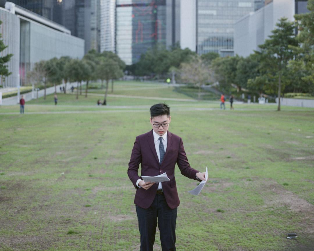 香港保安局局長李家超今天宣布引用《社團條例》第八條,考慮取締公開主張「香港獨立」的「香港民族黨」。圖為2018年2月13日,民族黨召集人陳浩天就2016年參與立法會選舉但被 DQ,向高等法院提出選舉呈請但被裁定敗訴。 攝:林振東/端傳媒