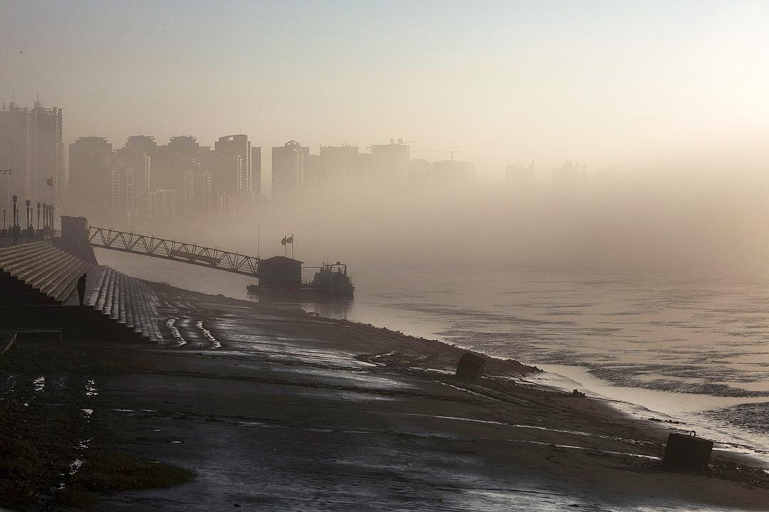 1990年之後,朝鮮隨着蘇聯援助中斷而陷入經濟困難的同時,丹東的輕工業也頂不住南方產品的競爭壓力走上了下坡路。 攝:Kevin Frayer/Getty Images