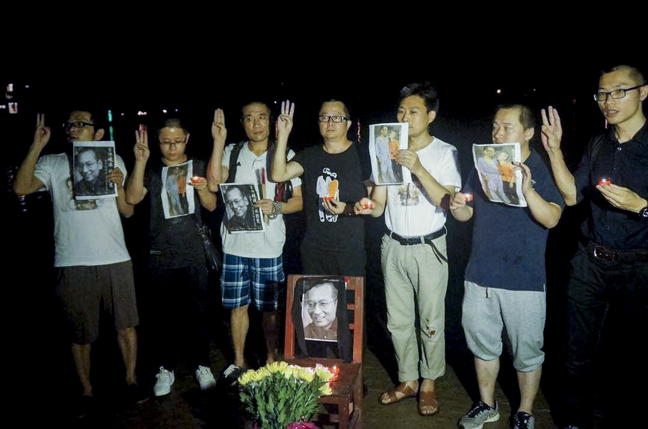 2017年7月19日,黎學文和十多位中國公民曾在廣東新會的海邊,奠祭諾貝爾和平獎得主劉曉波先生。 圖片來源:曉波助瀾會(@xiaowaves) /Twitter