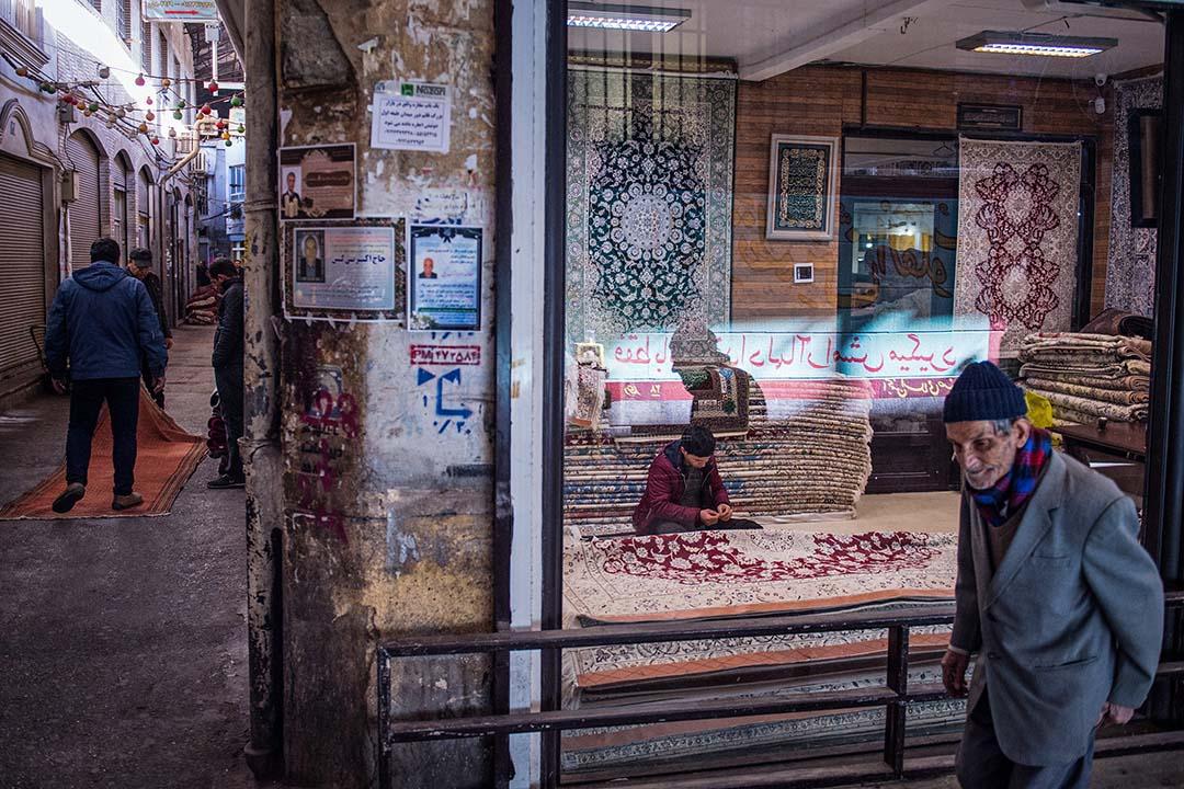 德黑蘭南部老城中心的大巴扎是伊朗最熱鬧的傳統市集,來往行人絡繹不絕,商鋪叫賣永不停歇。 攝:Ali Mohammadi/Bloomberg via Getty Images