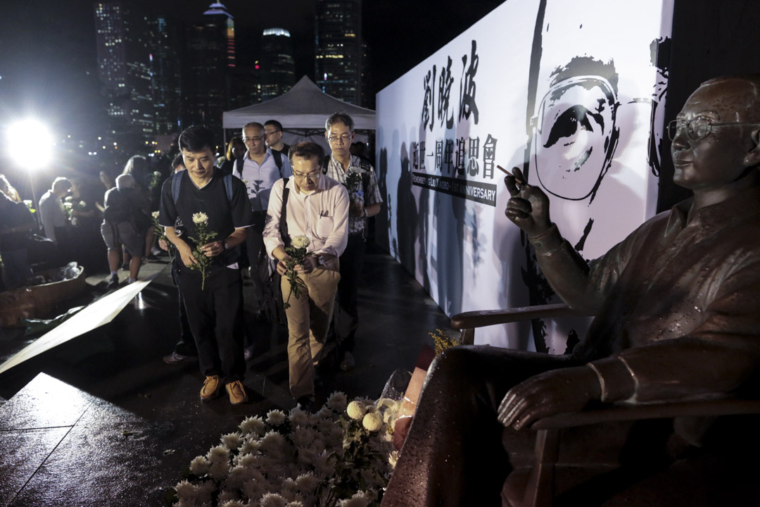 劉曉波逝世一週年追思會上的最後環節,參與者逐一上台向劉曉波的銅像獻花致意。