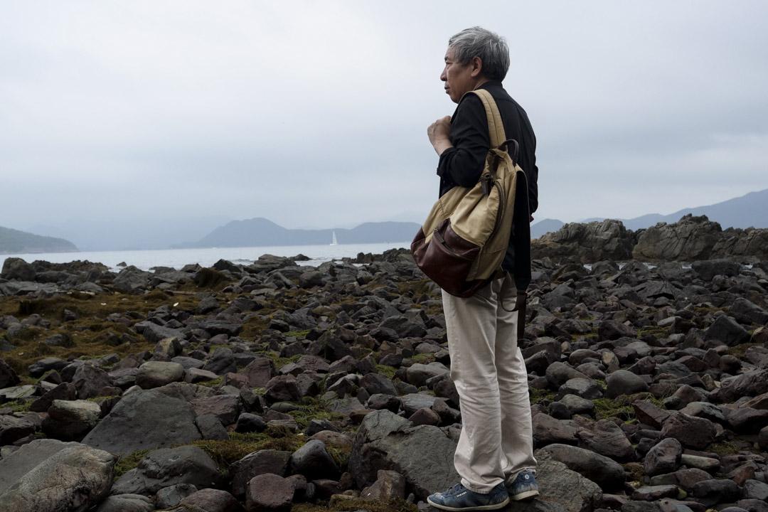 閻連科今年六十歲,頭髮花白,有些胖,頸椎不好,脖子常微微超前傾着。採訪當天,攝影師請他站在一塊礁石上,那一刻令人想起了《老人與海》的故事。