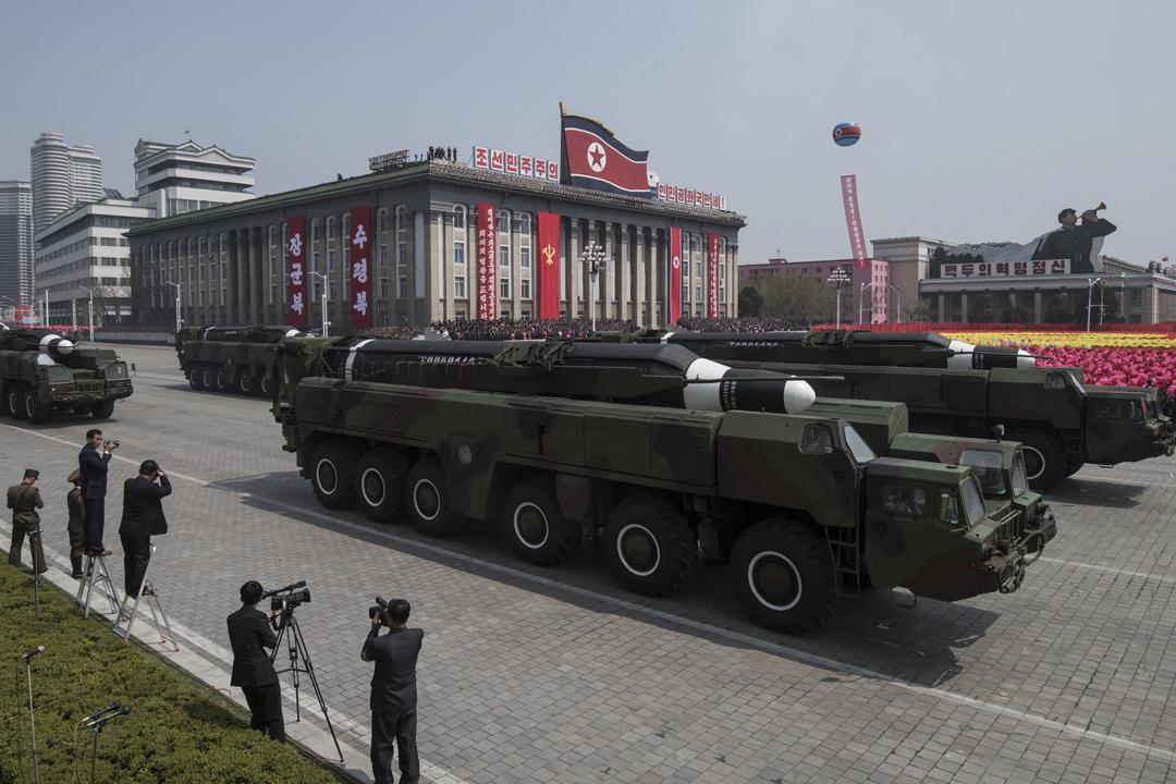 據《華盛頓郵報》引述華府官員透露,有證據顯示北韓或正重新製造射程可覆蓋美國本土的洲際彈道導彈。圖為去年4月15日,北韓舉辦大型閱兵儀式,其中展示一款導彈。 攝:Ed Jones / AFP / Getty Images