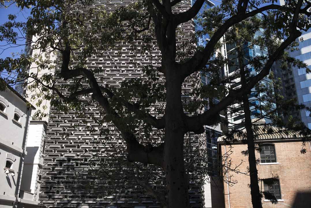 復修後的大館還加建了兩幢由著名建築師 Herzog & de Meuron 設計的現代化大樓:內含劇場、展覽廳、圖書館和餐飲設施,以回收廢鋁造成牆面,模仿歷史建築的磚塊特色。