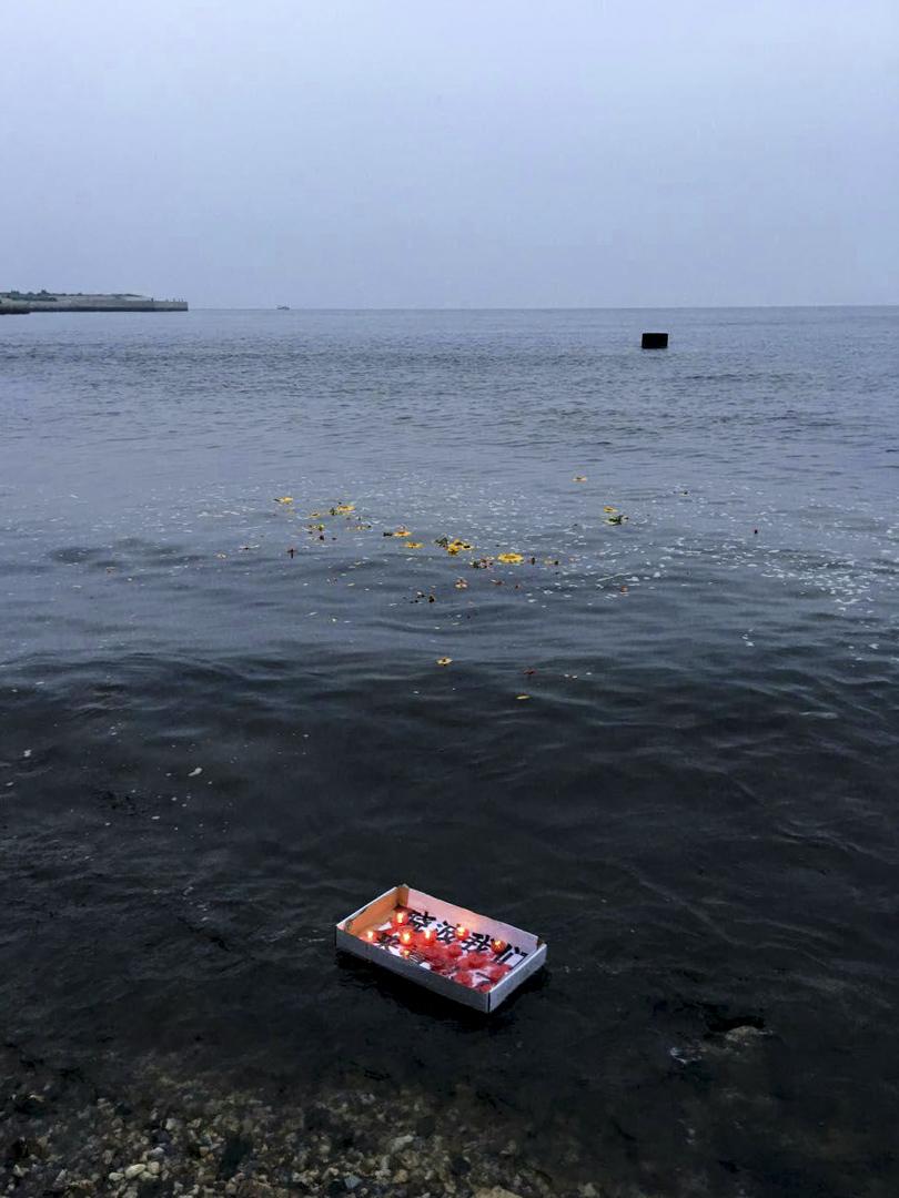 2018年7月18日,遼寧省大連姜建軍、王承剛到當地老虎灘海邊擺放蠟燭、鮮花拜祭劉曉波。