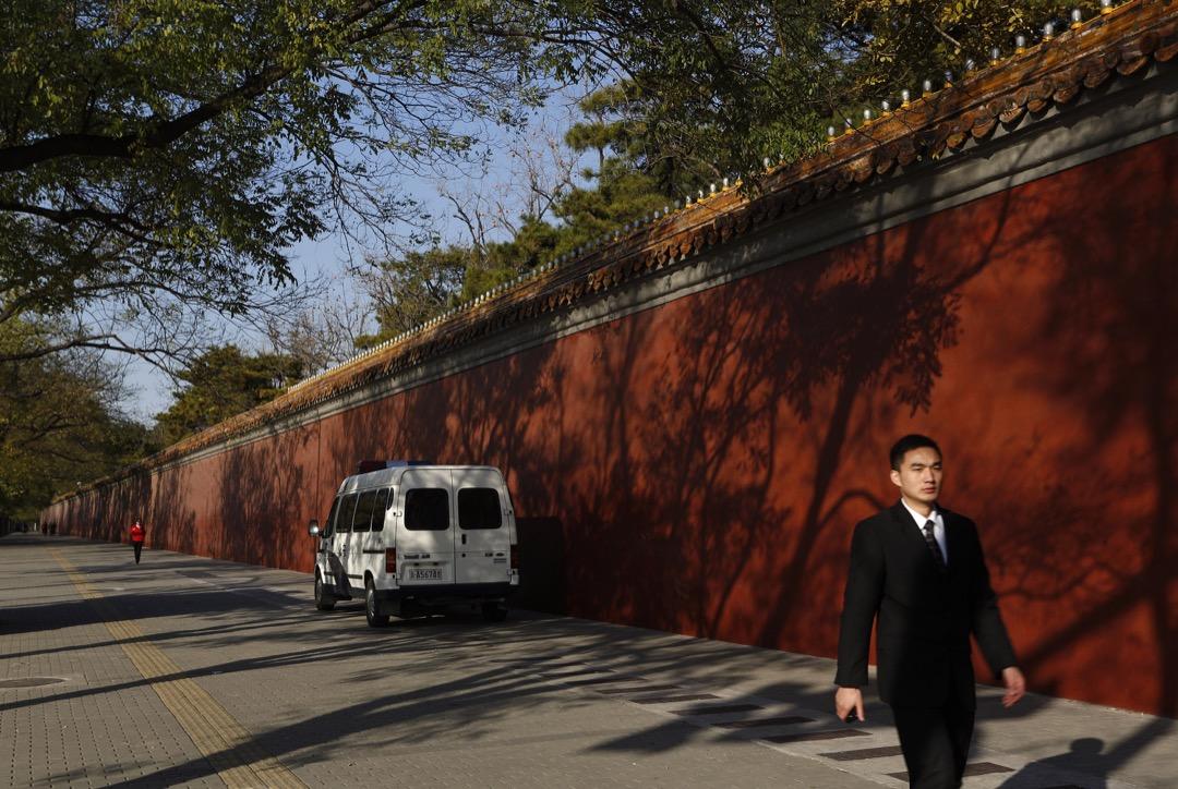 2016年1月3日晚上,彼得·達林和他的女友在北京一條胡同的家中被國家安全部門帶走,以「指定居所監視居住」的名義關押在一個秘密監獄。他的遭遇在中國大陸並不是個例。香港書商桂民海、林榮基,維權律師王宇、張凱、江天勇,媒體人陳永洲,英國商業偵探彼得漢弗萊等人都是一長串名單中的受害者。
