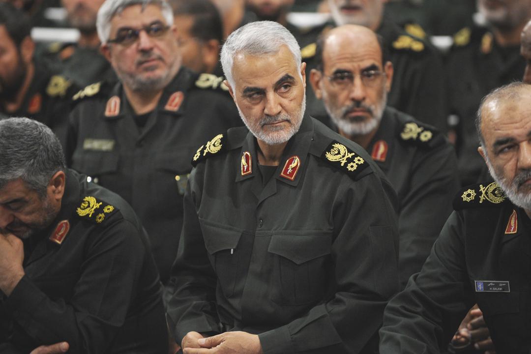 伊朗革命衛隊海外行動司令蘇萊曼尼(Qassem Soleimani)向美國發出嚴厲警告,強調假如美方動武,伊朗已經準備好隨時還擊。圖為2016年9月,蘇萊曼尼出席由伊朗最高領袖哈梅內伊(Ayatollah Ali Khamenei)主持的革命衛軍會議。 攝:Press Office of Iranian Supreme Leader / Anadolu Agency / Getty Images