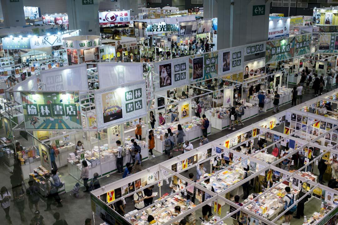 香港書展在外的名頭先是人流上的奇觀,人流帶動營銷量,做到生意是最實際的。