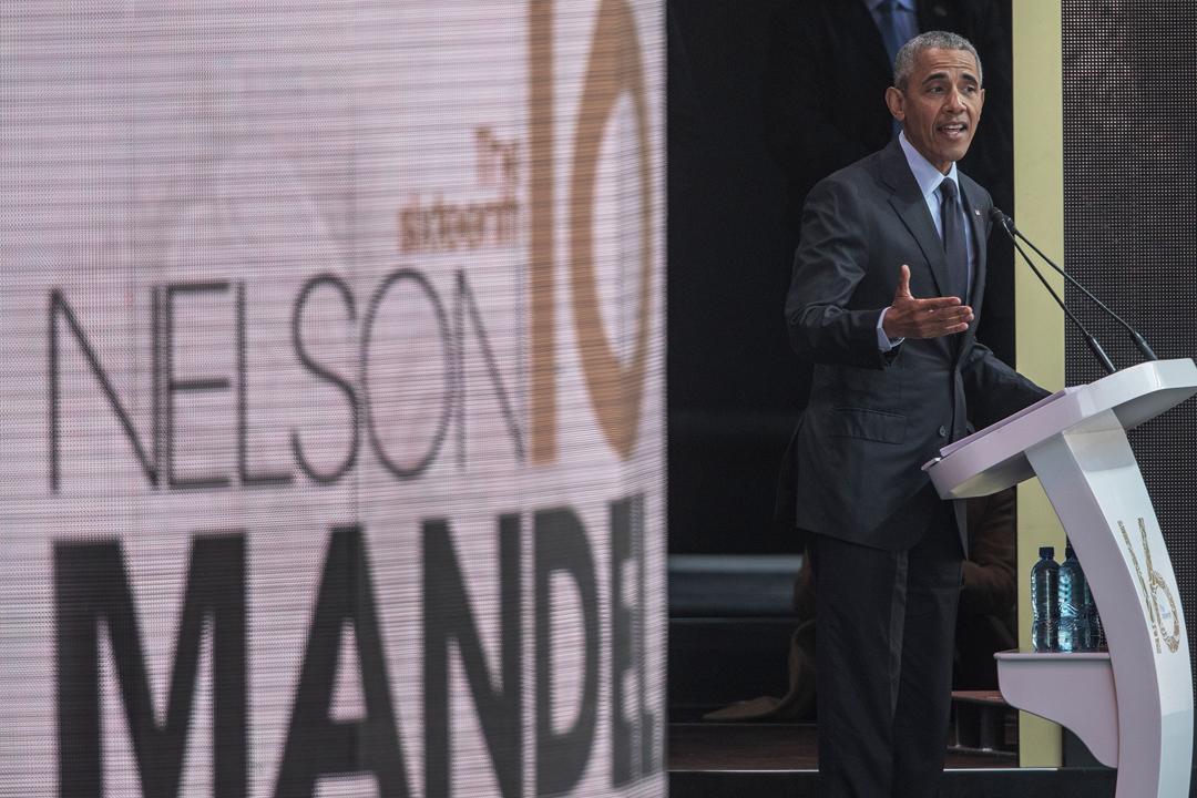 奧巴馬(Barack Obama)在南非發表卸任美國總統以來的首次重要演說,其中不點名批評某些政治領袖謊話連篇、借助國家宣傳機器及社交媒體來宣揚仇恨和個人偏執。外界隨即猜測,奧巴馬的矛頭是指向美國現任總統特朗普。 攝:Gianluigi Guercia / AFP / Getty Images