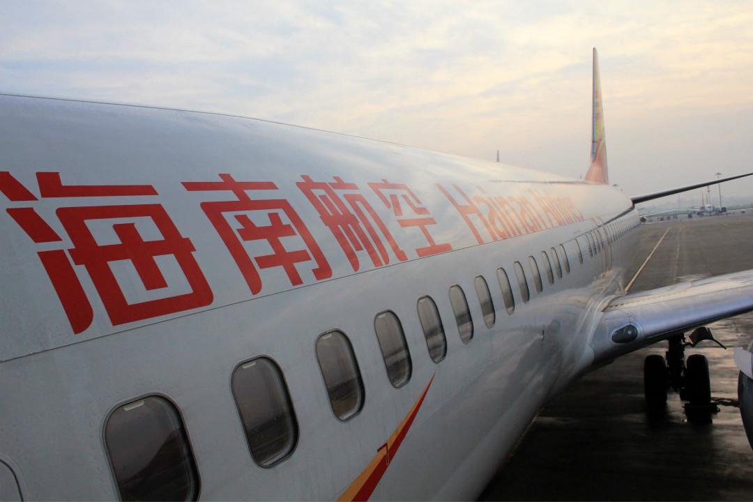 2016年3月1日,海南海口,海南航空一架客機停在海口美蘭國際機場落客。    攝:Imagine China