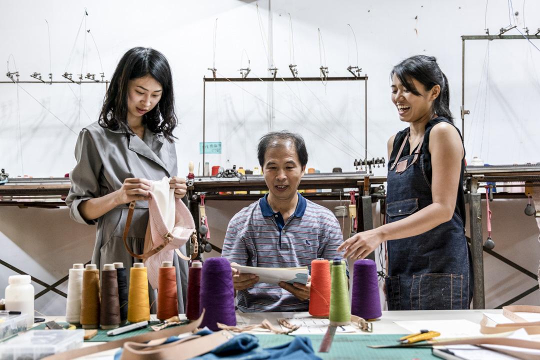 巧欣針織社設計的針織側背包手作課。由左至右為陳思穎、陳良泉,以及陳思穎的夥伴鍾張齡。