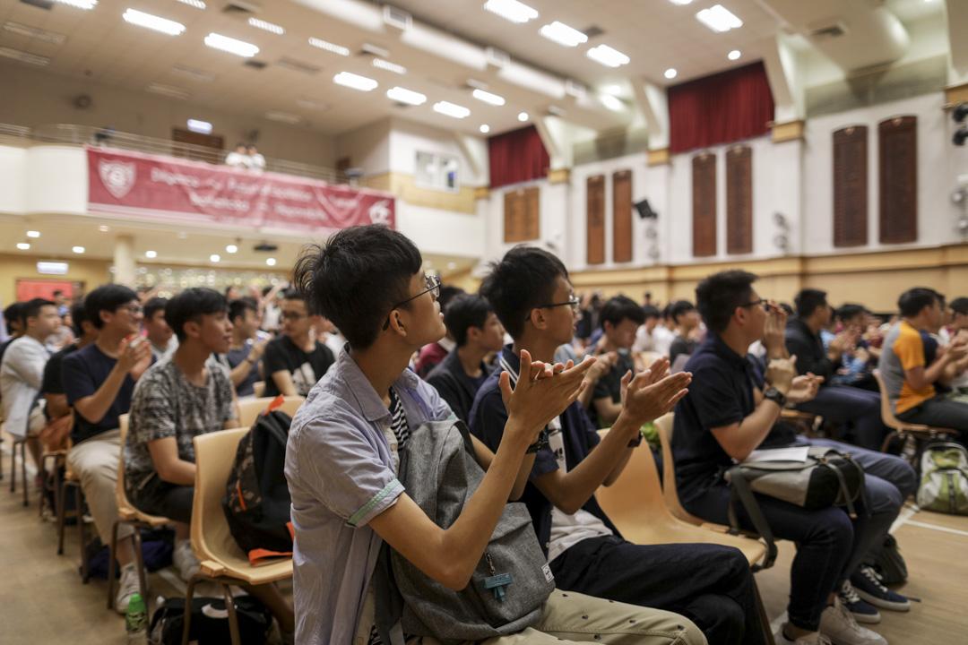 據考評局目前規定,非本地生參加大學聯招(JUPAS)入學申請,只會與其他非本地生的非聯招(Non-JUPAS)入學申請一併考慮,故非本地學生不會與本地學生競爭入學名額及教資會資助學額。圖為2018年7月11日,香港中學文憑考試(DSE)放榜。