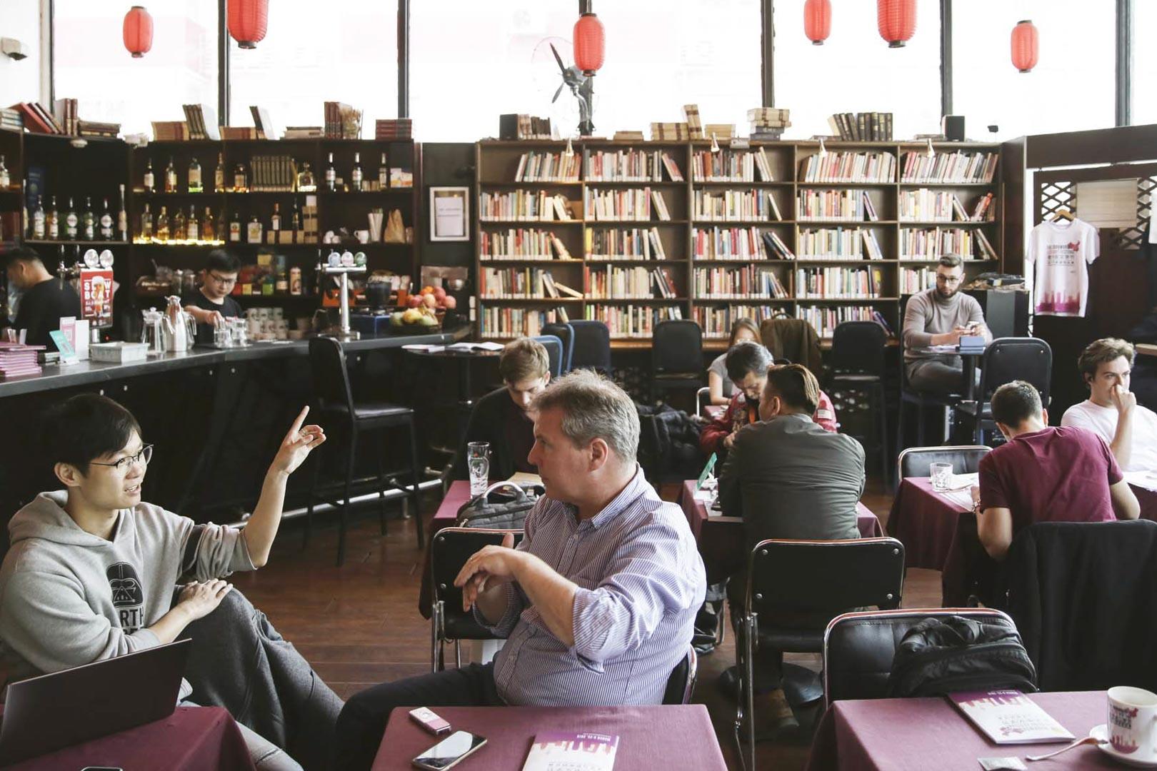 老書蟲書店有着漂亮的玻璃外牆、2.5萬多本中外文書籍、豐富的食物和形形色色的文學活動的空間。書店創辦人、愛爾蘭人Peter Goff來到中國已經17年了。  攝:尹夕遠/端傳媒