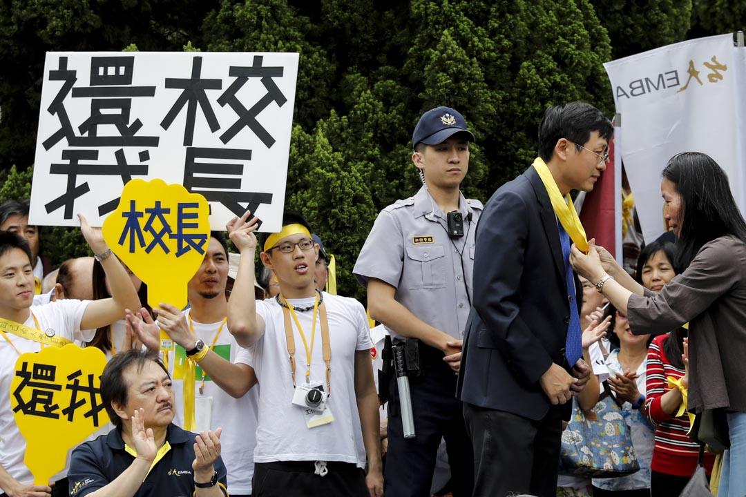 2018年5月4日,台大師生發起「新五四運動」,聲援大學自主行動,台大代理校長郭大維在傅鐘前接受學生陳情書。